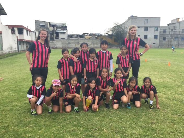 Eén van de mooiste successen van dit jaar is de opzet van de 'Pachamamas', een afdeling binnen de voetbalschool voor meisjes. Super trots zijn we op deze stoere dames in hun nieuwe outfits!