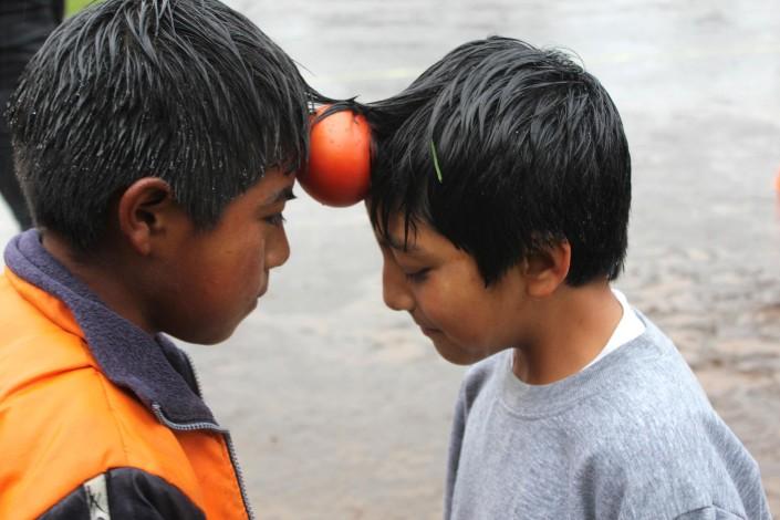 Typisch Ecuadoraans: de tomatendans. Laat 'm niet vallen!