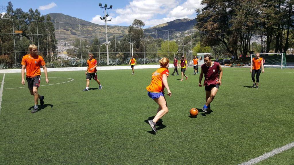 Foto's voetbalwedstrijd tegen Engelse studenten