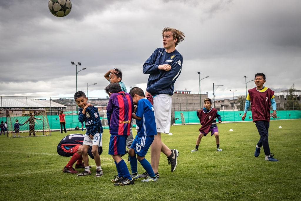 Tristan in actie tijdens een training van onze voetbalschool