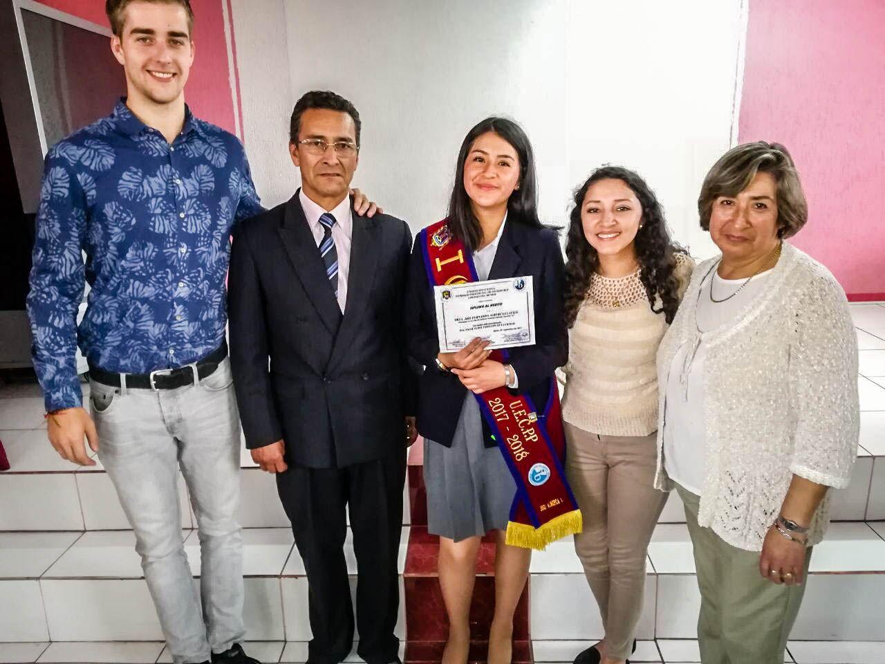 De lado izquierdo a derecho: voluntario Olle, padre Emilio, hija Fernanda, hija Jenny y madre Esperanza.