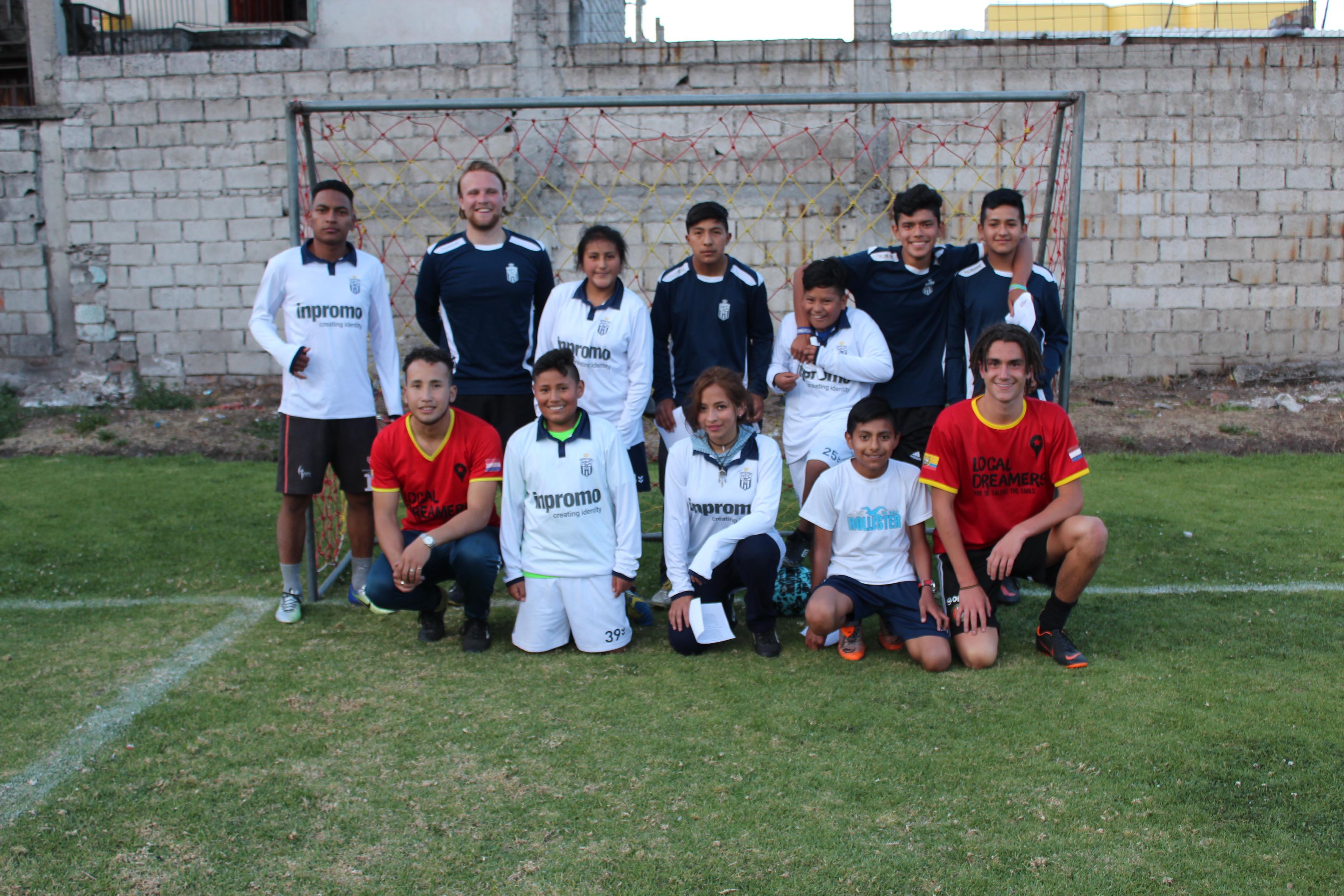 Voetbalclub Koninklijke HFC uit Haarlem doneerde complete tenues aan onze voetbalschool en de kinderen zijn er maar wat blij mee. Omdat de kleding groot uitvalt kan het nog jaren mee :)