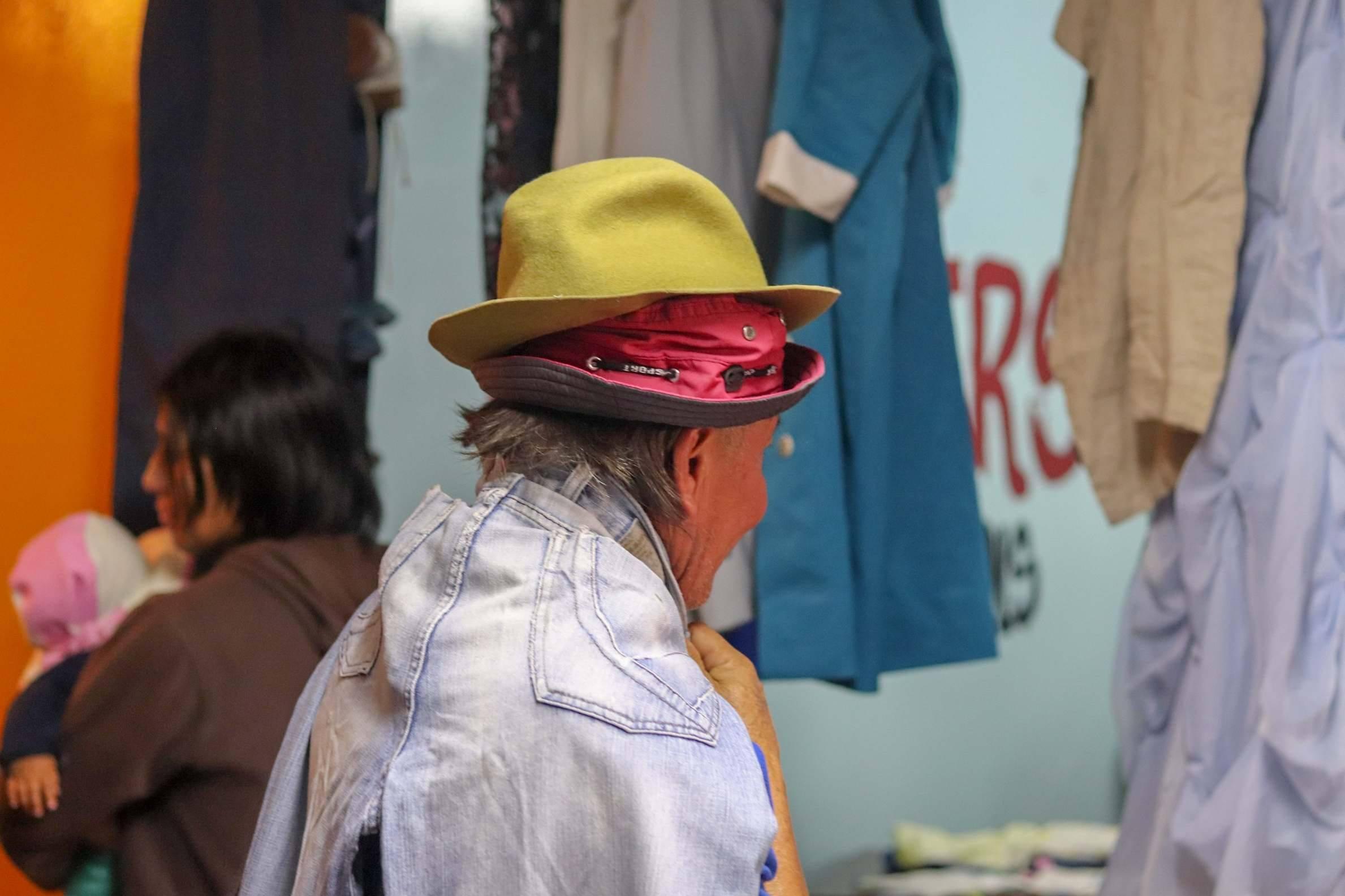 Op 13 oktober organiseerden we wederom een rommelmarkt in projectwijk Villaflora. Deze vrouw wilde alles wel meenemen en paste verschillende kledingstukken tegelijkertijd.