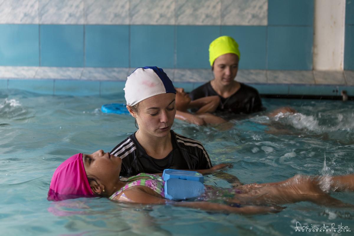 Ruth en Roos tijdens de eerste zwemles