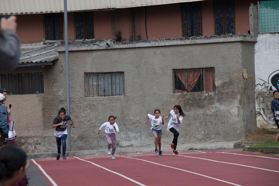 Vorige week sloot sportstagiair Lars Rumawatine zijn 4 maanden durende stage bij Local Dreamers af met een spectaculair atletiekevenement voor de kinderen in onze projectwijk Villaflora. Met de hulp van de andere vrijwilligers en stagiairs en een aantal locals organiseerde Lars een 40 meter sprint en een mini-marathon voor een enthousiaste groep jongens en meisjes tussen 6 en 14 jaar oud. Naast de medaille, het coole T-shirt en de snack die aan alle deelnemers werd uitgedeeld, ontvingen de winnaars van het evenement een grote beker.