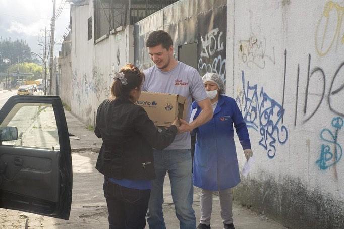 Om maaltijden te kunnen blijven bereiden zijn er vaste donaties nodig. Doneren kan via de website van Plato Para Todos.