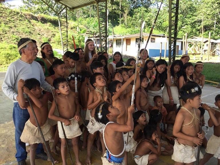 Onlangs verbleef vrijwilligster Camile in ons partnerproject in Nationaal Park Yasuní in het Amazonegebied. Hier leerde ze de inheemse Huaorani-stam kennen. In deze buitengewone omgeving met een enorme biodiversiteit, gaf ze onder andere Engelse les aan de lokale kinderen. Een kleine indruk van deze unieke ervaring.