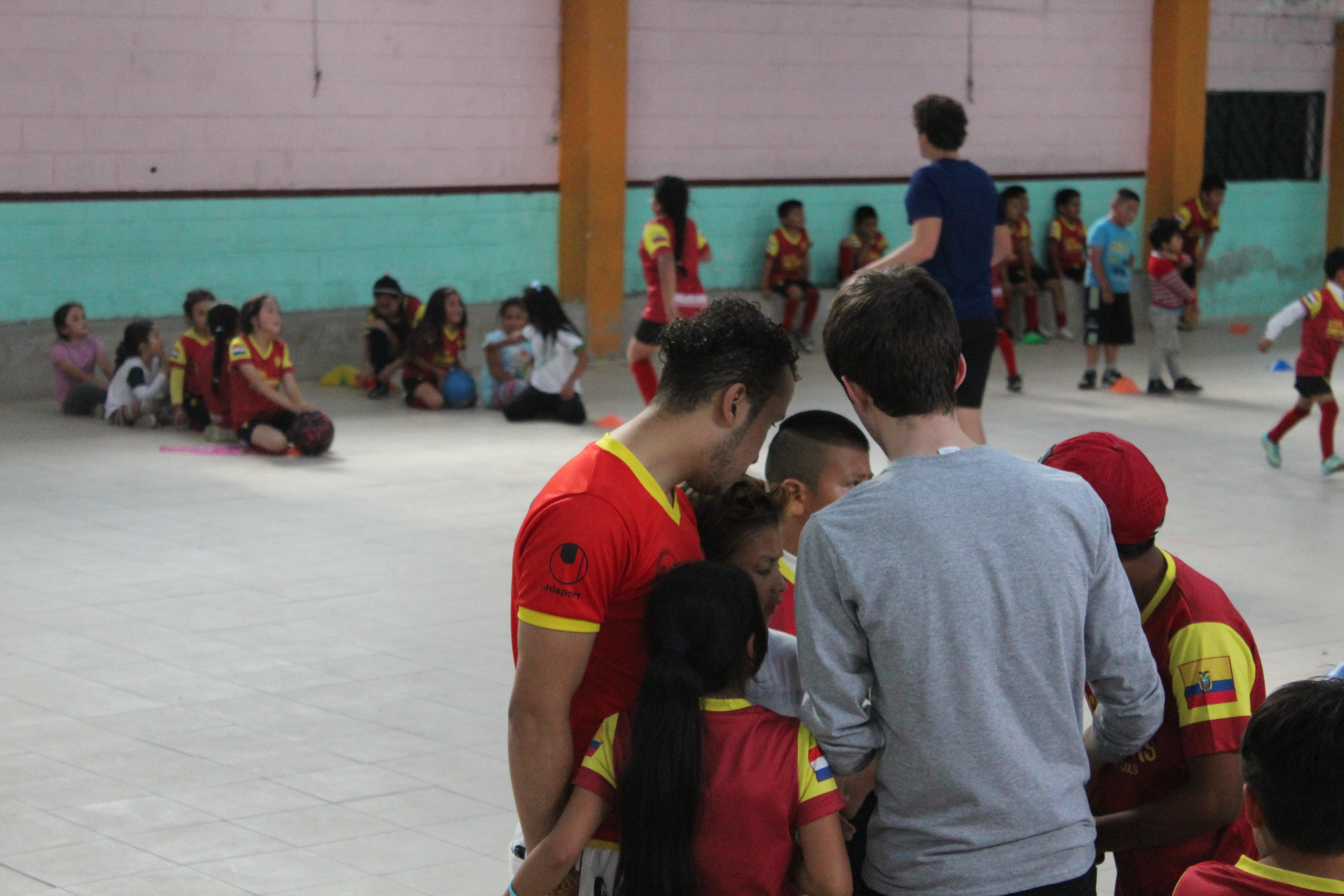 Omdat we ons in Ecuador middenin het regenseizoen bevinden trainen we tijdelijk binnen. De ruimte is wat kleiner, maar de pret en het fanatisme zijn er niet minder om.