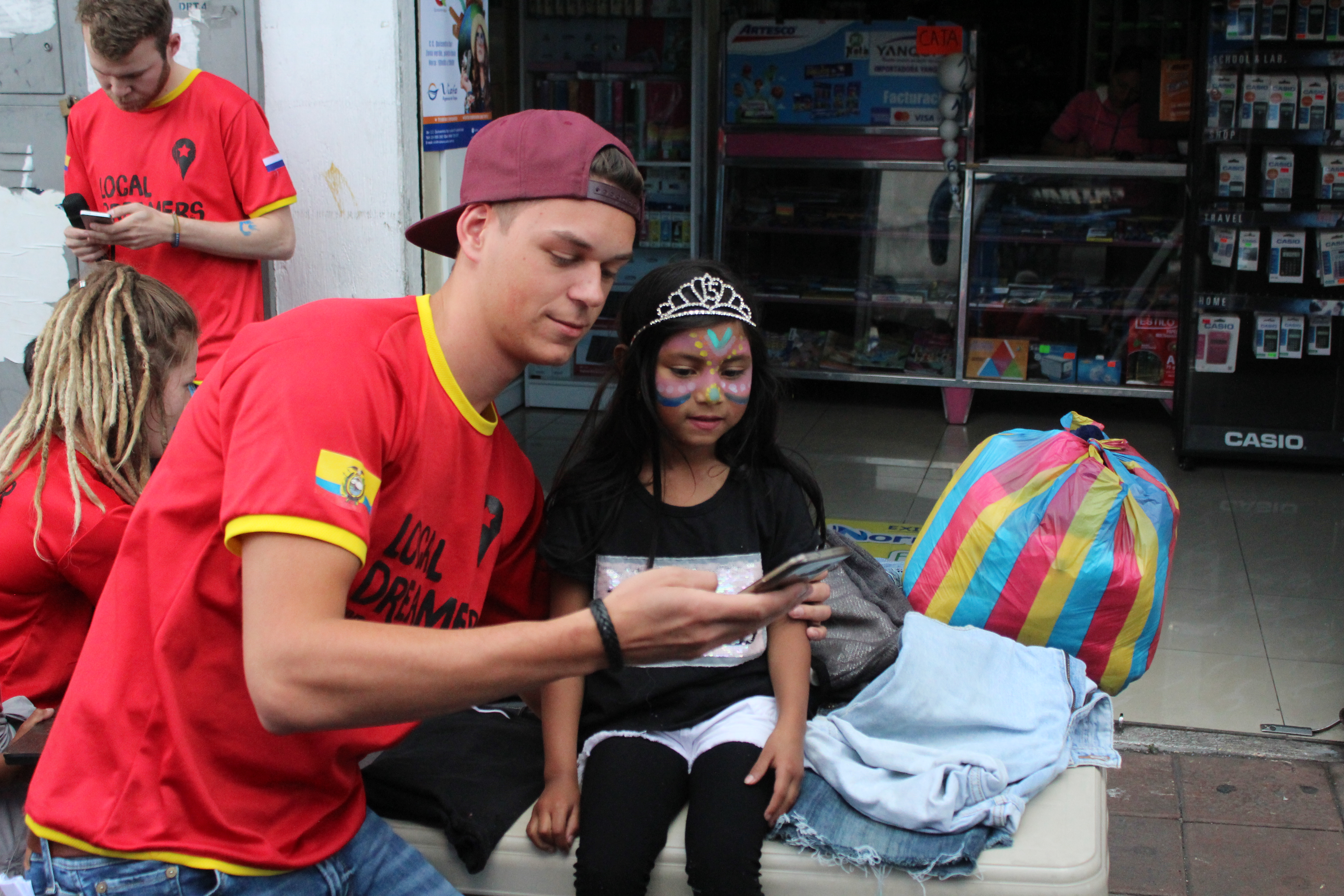 Naast het verkopen van de marktwaar waren onze vrijwilligers druk in de weer met het schminken van de kinderen uit de buurt...